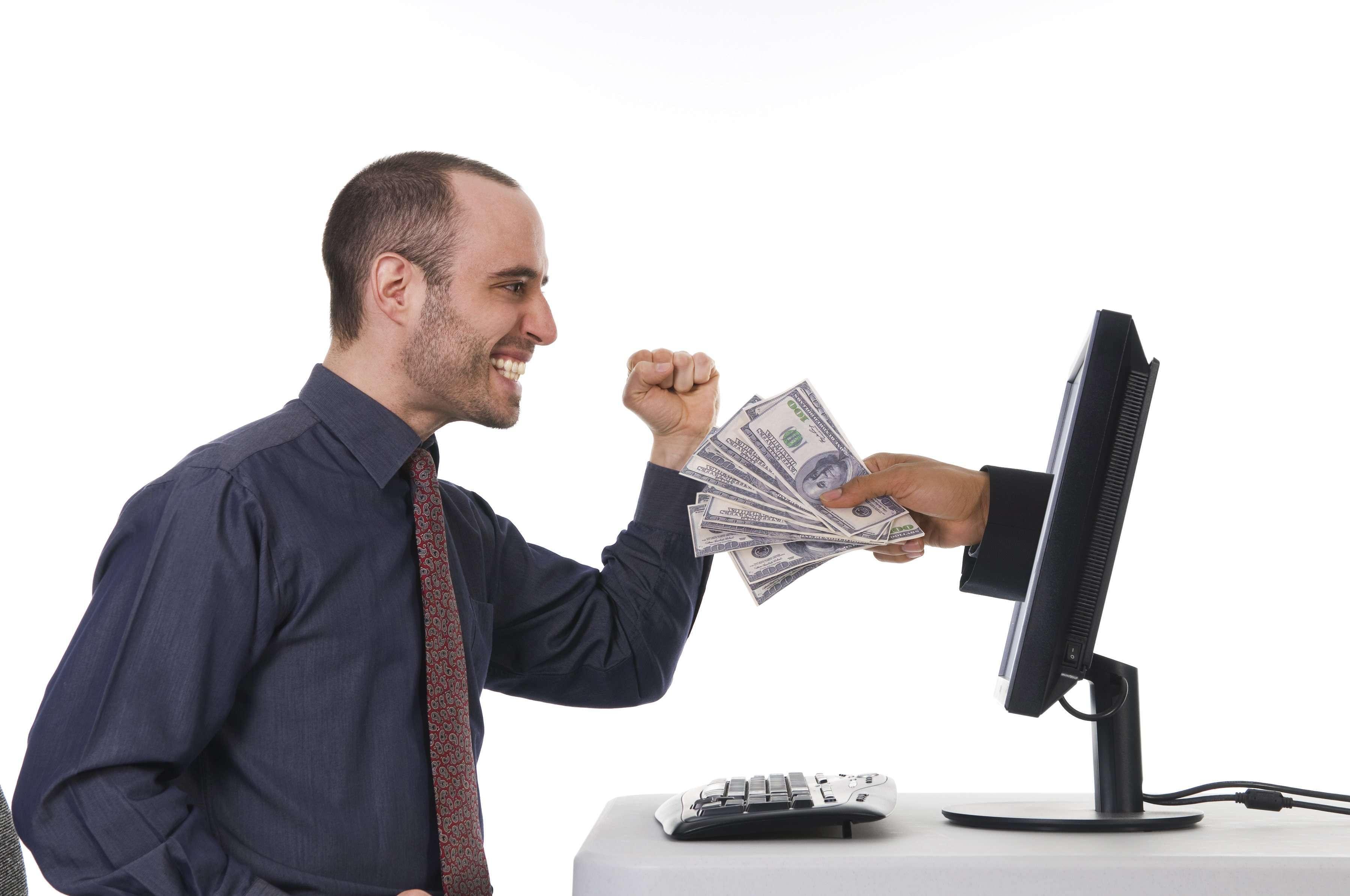 человек зарабатывает деньги на компьютере