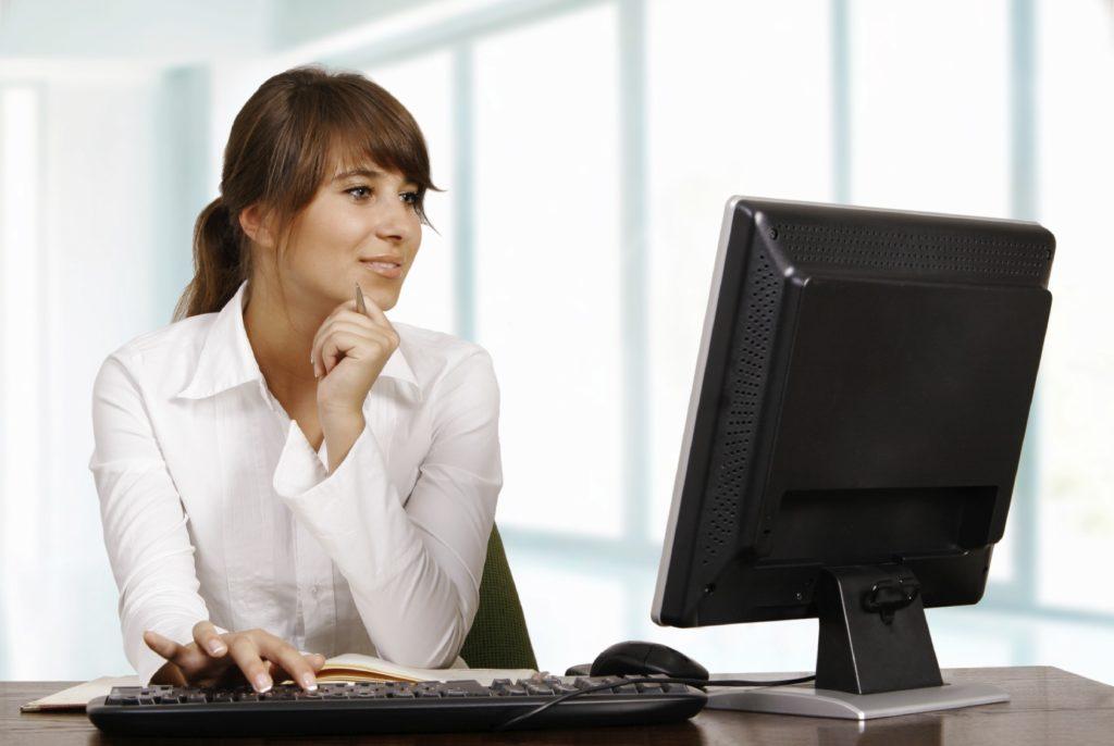 девушка работает на компьютере